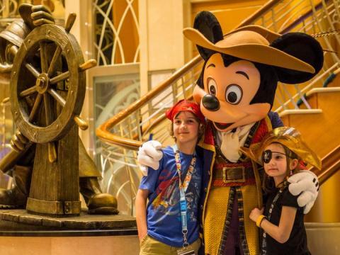 Mickey y su pandilla se visten con diferentes atuendos.