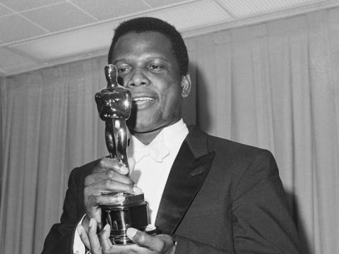 Sidney Poitier fue el primer hombre negro en ganar un Oscar como mejor actor por su interpretación en 'Lirios del campo' (1963)