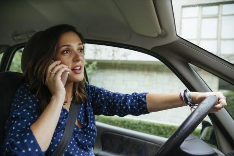situaciones en las que usar el móvil te puede costar una multa