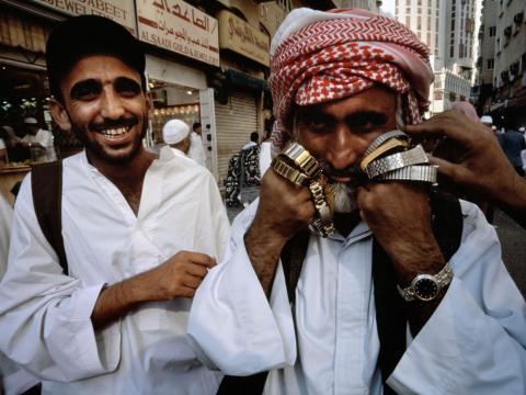 Vendedor ambulante de relojes en La Meca.