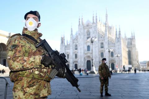 Soldados del ejército italiano custodian el Duomo de Milán, cerrado por el coronavirus.