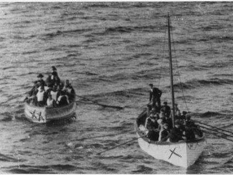 Dos botes salvavidas se acercan al Carpathia