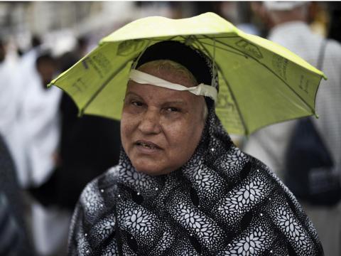 Una pequeña sombrilla sobre la cabeza de una mujer.