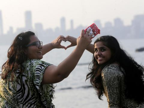 Dos chicas haciéndose un 'selfie' el día de los enamorados.