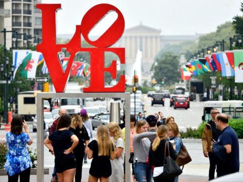 La gente se reúne para tomar fotos en la famosa estatua de LOVE.