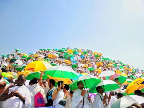 Los peregrinos musulmanes suelen llevar paraguas para protegerse del sol.