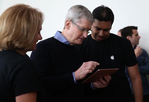 Tim Cook, CEO de Apple enseñando un iPad.