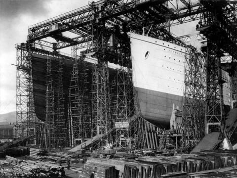El Titanic y su barco hermano el Olympic en construcción en Belfast, Irlanda del Norte.