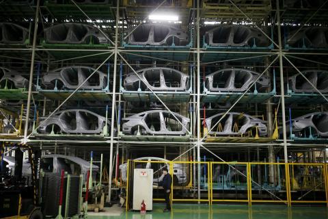 Un trabajador en la planta de producción de Hyundai en Asan (Corea del Sur).