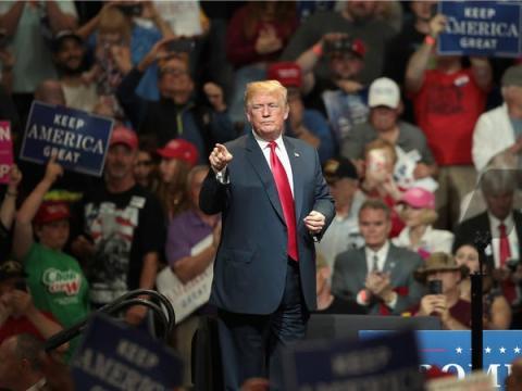 """A Trump le gustan los trajes de Brioni, que cuestan entre 5.250 y 6.900 dólares. Aunque la marca le suministró los trajes durante """"El Aprendiz"""", empezó a pagarlos durante su campaña."""