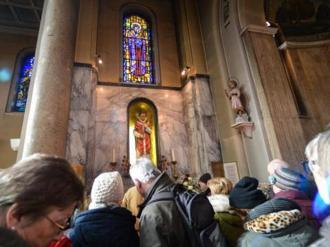 Iglesia de la calle Whitefriar en Dublín llena de gente.