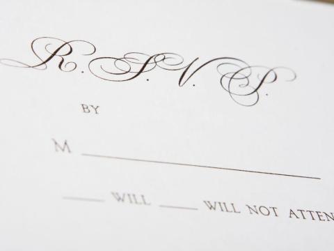 Puedes pedirle a los invitados que confirmen su asistencia en la página web de la boda.