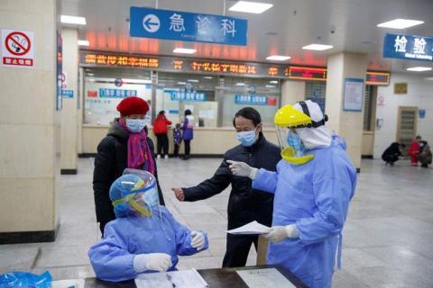 Varios enfermeros hablan con afectados en el Hospital de Yueyang, China.