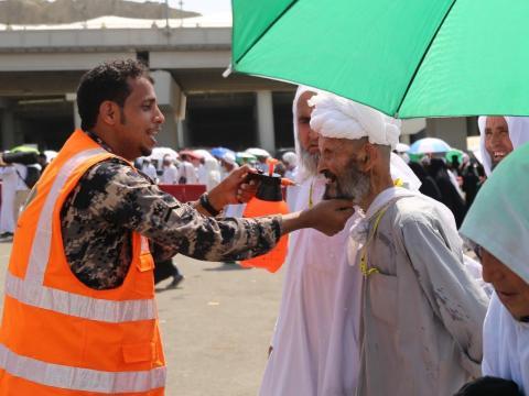 Un hombre en La Meca recibiendo un poco de agua.