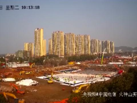 Una imagen de la webcam que mostraba los trabajos de construcción de los dos nuevos hospitales de Wuhan.