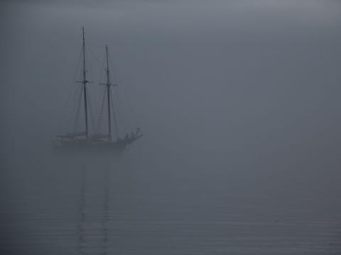 Imagen de un barco en la niebla en el mar.
