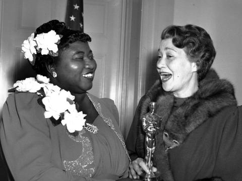 Hattie McDaniel, izquierda, recibió el premio de la Academia de Cine por la mejor interpretación de una actriz en un papel secundario en 1939.