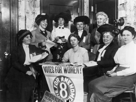 Mujeres apoyando la aprobación de la 19ª Enmienda en San Francisco, California.