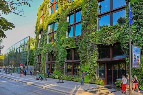 El botánico Patrick Blanc creó esta fachada.