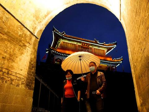 Una pareja camina a través de la antigua muralla de la ciudad de Jingzhou, el 26 de marzo de 2020.