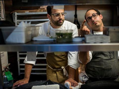 El galardonado chef James Beard, Alon Shaya, analiza un menú antes del servicio de cena en uno de sus restaurantes.
