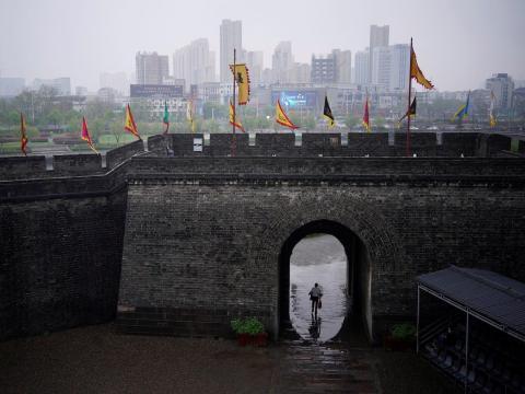 Un hombre camina en los alrededores de la antigua muralla en Jingzhou, después de que reabriese el 26 de marzo de 2020.