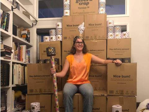 """Una mujer se sienta encima de un """"trono"""" hecho de cajas que contienen papel higiénico en Toowoomba, Australia, el 5 de marzo de 2020. Imagen obtenida en las redes sociales."""