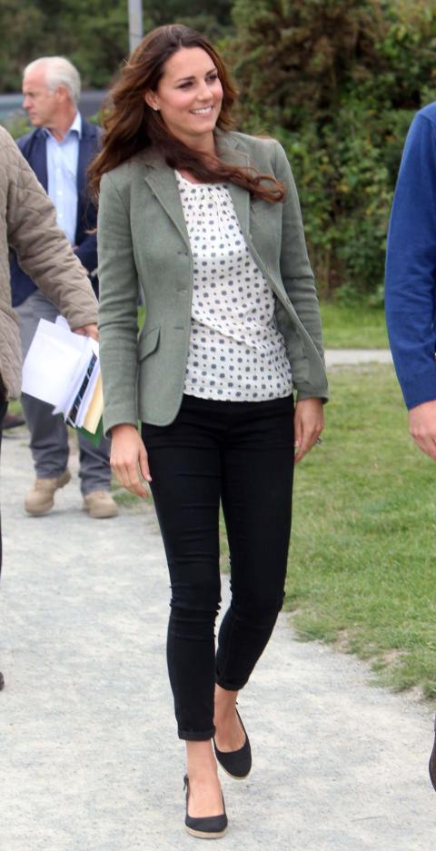 También llevaba una chaqueta verde oliva de Ralph Lauren, pantalones de Topshop y unas alpargatas.