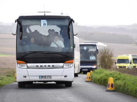Los evacuados del Diamond Princess son trasladados desde el campo de aviación Boscombe Down.