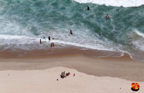 Los bañistas se relajan en la playa de Copacabana, en Río de Janeiro.