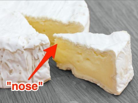 Es mejor cortar quesos blandos como el brie en gajos para obtener el sabor más completo.