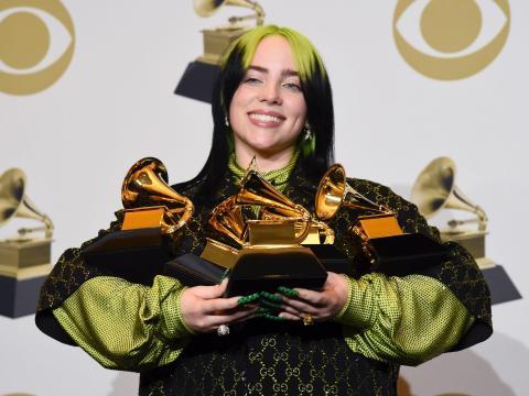 Billie Eilish posa en la sala de prensa con sus premios Grammy.