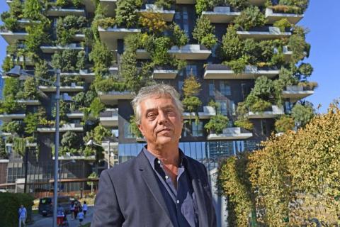 """El arquitecto Stefano Boeri junto a """"Bosco Verticale"""", edificio forestal en Milán, Italia, diseñado por Studio Boeri."""
