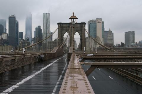 El puente de Brooklyn en Nueva York vacío.