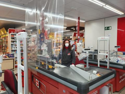Sonia Robledo, empleada de supermercado Dia, en su puesto de trabajo durante la alerta sanitaria del Covid-19