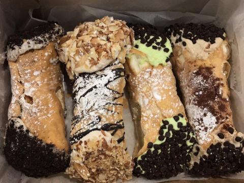 Cannolis de Mike's Pastry.