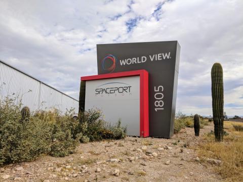 Un cartel en la sede de World View, en Tucson, Arizona.