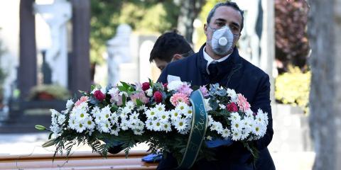 Trabajadores de cementerios y funerarias con mascarillas protectoras en Bérgamo, Italia, 16 de marzo de 2020.