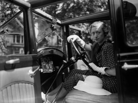 Una chica con su automóvil Humber, hacia 1927.