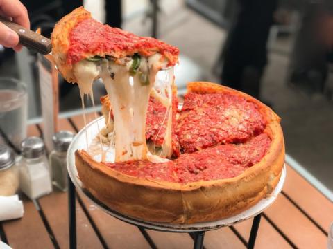 La cantidad de queso en esta pizza es impresionante.