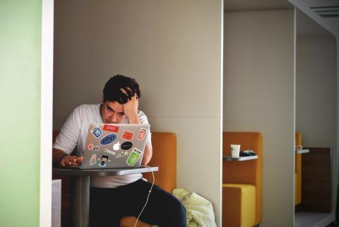 Chico con un ordenador.