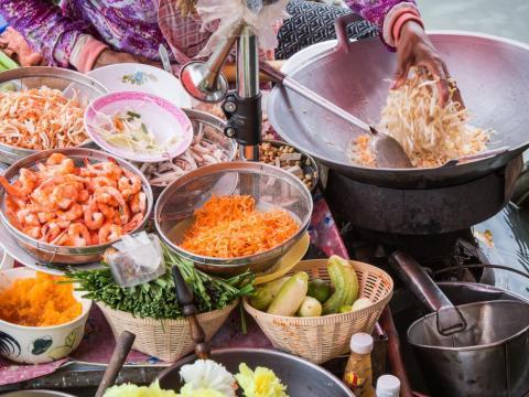 El pad thai es uno de los alimentos más conocidos de Tailandia.