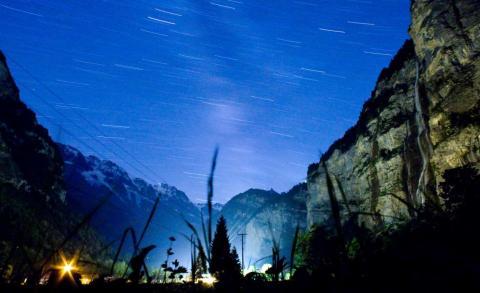 Una colección de imágenes para captar el movimiento de las estrellas en el cielo del Valle de Lauterbrunnen, en Suiza.