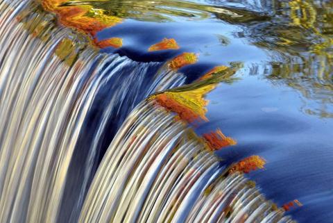 Los colores del otoño se pueden ver reflejados en una cascada a lo largo del Río Blackberry en Connecticut.
