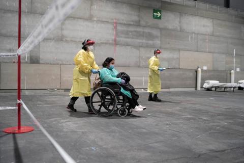 Un paciente llega al hospital de campaña de IFEMA en Madrid, el 21 de Marzo de 2020.