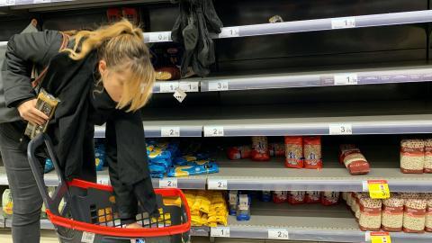Una mujer en un supermercado de Madrid con problemas de desabastecimiento por la crisis del coronavirus.
