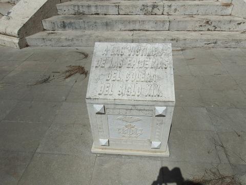 Cruz que marca la fosa de los fallecidos por cólera.