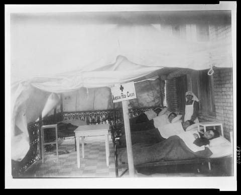 La Cruz Roja Americana con posibles pacientes de tifus en 1922.