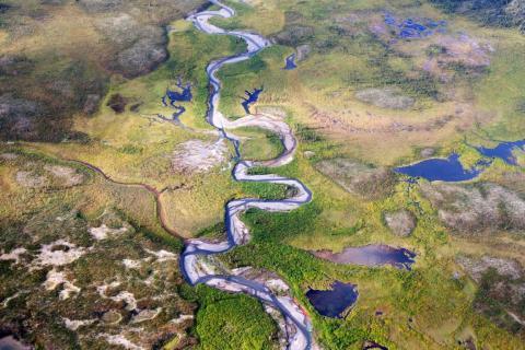 El curso de un río en el valle de Moose Pond, en los territorios del noroeste de Canadá.