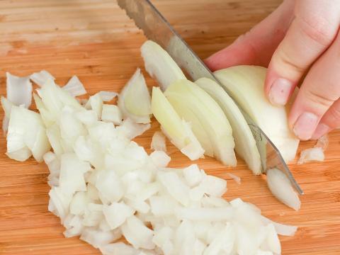Deja la raíz intacta para cortarla.
